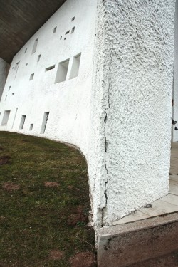 Cracked chapel. (Photo by William J.R. Curtis)