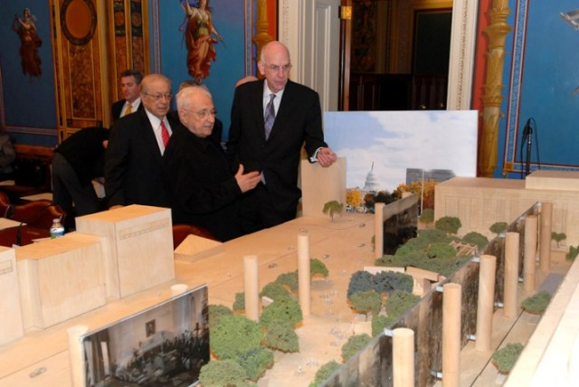 Frank Gehry shows memorial design to members of Eisenhower Memorial Commission in 2011, when confidence in its prospects was still very high. (beloblog.com)