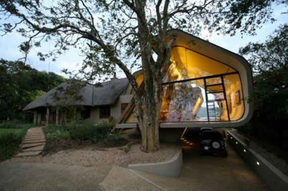 Modernis addition to traditional house in Durban, South Africa. (dreamfunddesign.com)