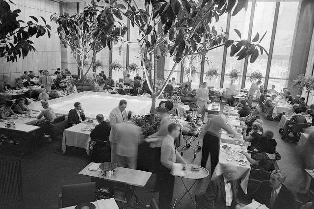 The Four Seasons' Pool Room in 1959. (bettmann:corbis)