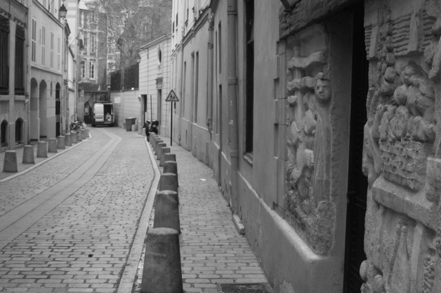 Narrow rue in Paris. (parisadele.blogspot.com)